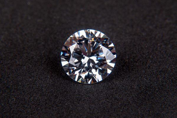 Как да намерим падналия камък от годежния пръстен